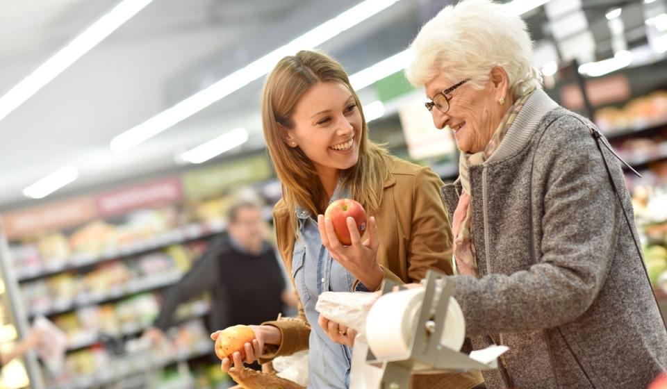 Malade d'Alzheimer fait ses courses avec une aide à domicile
